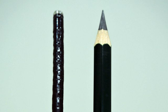 経鼻内視鏡と鉛筆